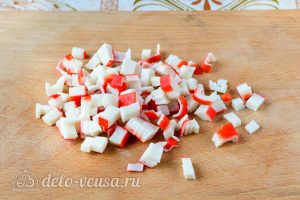 Крабовый салат с колбасой: Измельчить крабовые палочки