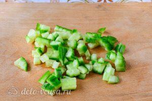 Крабовый салат с колбасой: Измельчить огурцы