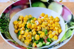 Крабовый салат с колбасой: Добавить кукурузу