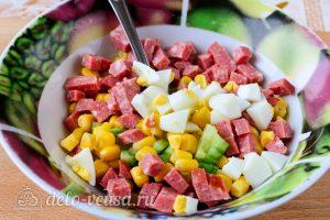 Крабовый салат с колбасой: Соединить продукты