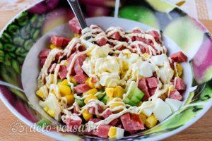 Крабовый салат с колбасой: Добавить майонез