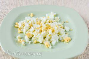 Салат из пекинской капусты с горошком: Порезать вареное яйцо