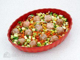 Фрикадельки в духовке с кабачками: Выкладываем фрикадельки в форму