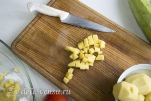 Фрикадельки в духовке с овощами: Порезать картошку