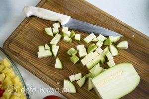 Фрикадельки в духовке с овощами: Порезать кабачок