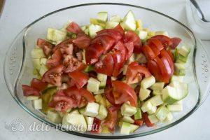 Фрикадельки в духовке с овощами: Положить овощи в форму