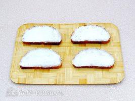 Горячие бутерброды с колбасой и сыром: Смазать хлеб маслом