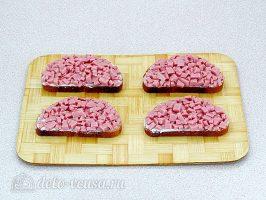 Горячие бутерброды с колбасой и сыром: Кладем слой колбасы