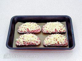 Горячие бутерброды с колбасой и сыром: Посыпать сыром