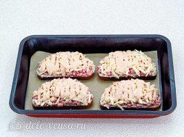 Горячие бутерброды с колбасой и сыром: Смазать майонезом