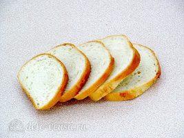 Горячие бутерброды с ананасом: Порезать хлеб