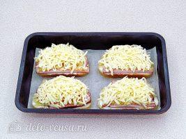 Горячие бутерброды с ананасом: Посыпать сыром