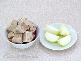 Горячие закусочные бутерброды с фаршем: Нарезать мясо и лук