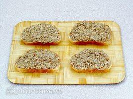 Горячие закусочные бутерброды с фаршем: Намазать ломтики фаршем