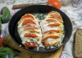 Курица запеченная с помидорами и сыром