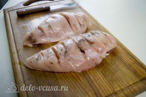 Курица запеченная с помидорами и сыром: Сделать надрезы на филе