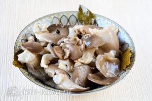 Маринованные вешенки: Переложить грибы в емкость
