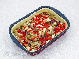 Пирог с баклажанами и куриным мясом: Выложить начинку