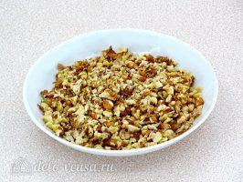 Салат из фасоли с грибами: Измельчить орехи