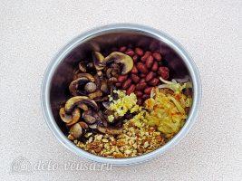 Салат из фасоли с грибами: Смешать ингредиенты