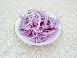 Салат с курицей и апельсином: Порезать лук