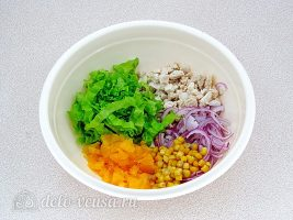Салат с курицей и апельсином: Соединить все ингредиенты
