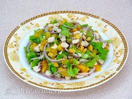Салат с курицей и апельсином готов