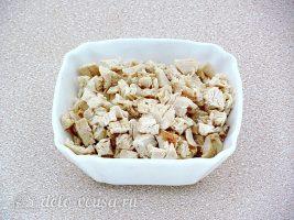 Салат с курицей и грецкими орехами: Нарезать филе