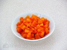 Салат с курицей и грецкими орехами: Нарезать отваренную морковь