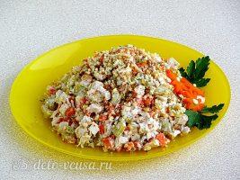 Салат с курицей и грецкими орехами готов