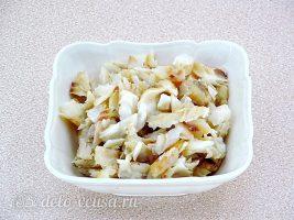 Салат из жареной рыбы: Отделить рыбу от костей