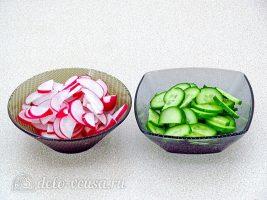 Салат из жареной рыбы: Измельчить редиску и огурец