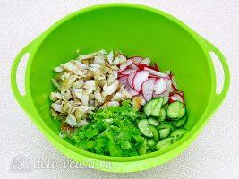 Салат из жареной рыбы: Соединить ингредиенты