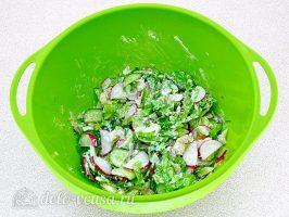 Салат из жареной рыбы: Заправить салат майонезом
