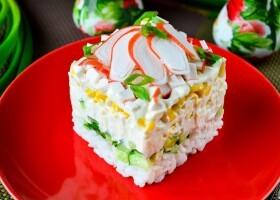 Крабовый салат с рисом, яйцом и огурцом