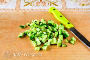 Крабовый салат с рисом, яйцом и огурцом: Порезать огурцы