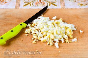 Крабовый салат с рисом, яйцом и огурцом: Измельчить яйцо
