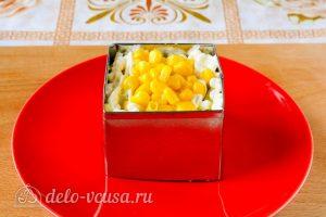 Крабовый салат с рисом, яйцом и огурцом: Добавляем кукурузу