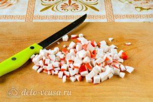 Крабовый салат с рисом, яйцом и огурцом: Порезать крабовые палочки