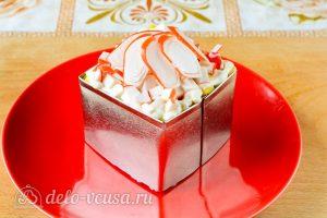 Крабовый салат с рисом, яйцом и огурцом: Украсить салат