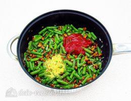 Стручковая фасоль с лисичками: Добавить томатную пасту