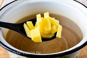 Суп из квашеной капусты: Добавить картошку в воду