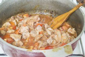 Азу из свинины: Добавить пасту и помидоры