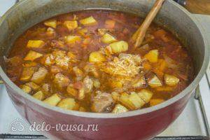 Азу из свинины: Добавить картофель и чеснок