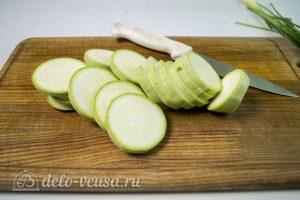 Кабачки с помидорами и сыром: Кабачки порезать кружочками
