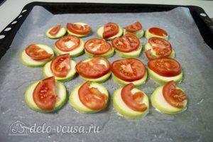 Кабачки с помидорами и сыром: Кладем кабачки на противень
