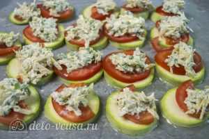 Кабачки с помидорами и сыром: Сверху выкладываем сыр