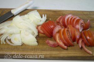 Картофель запеченный с курицей: Нарезать лук и помидоры