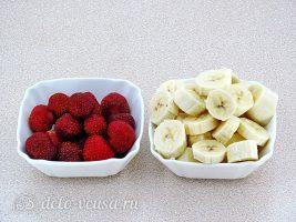 Клубнично-банановый смузи: Нарезать банан м очистить клубнику