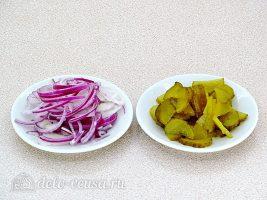 Крабовый салат с авокадо: Нарезать лук и огурец